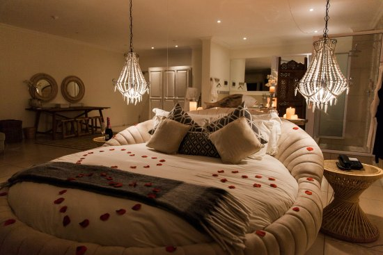 Umthunzi Hotel & Conference : Milkwood Honeymoon suite at night