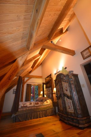 Shadow Mountain Escape: Our Timber Frame cabins!  Bumblebee bedroom