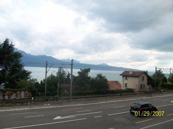 Cully, Suiza: La carretera y las vías del ferrocarril.