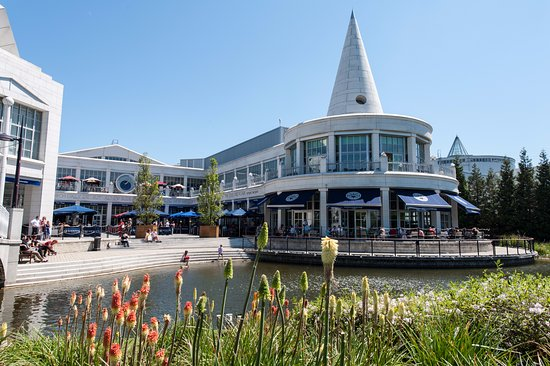 Greenhithe, UK: Bluewater - The Village Outdoor Area