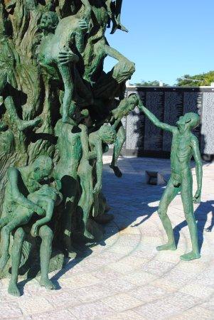 Holocaust Memorial: Des statuts d'adultes et d'enfants très expressifs et représentatifs de l'histoire.