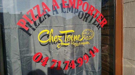 Brioude, France: La nouvelle devanture et la carte des pizzas