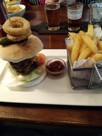 Draycott in the Clay, UK: Mine is Bigger than Yours! - The extremely disappointing burger