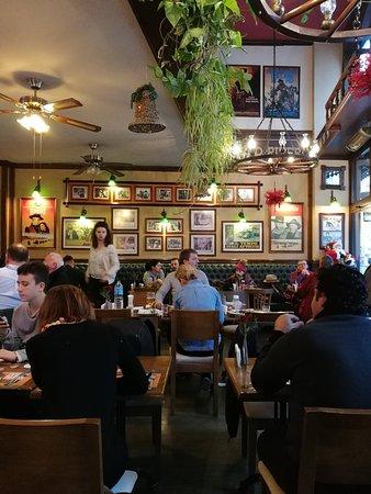 Red River Pub: Помещение небольшое. но уютное