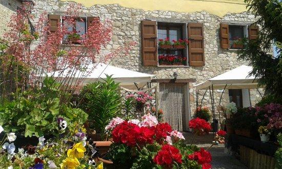 Marano sul Panaro, Italy: La Locanda Marcella in versione estiva