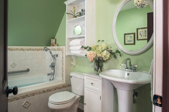 Hartzell House Bed and Breakfast: Artist's Suite bath with spa tub