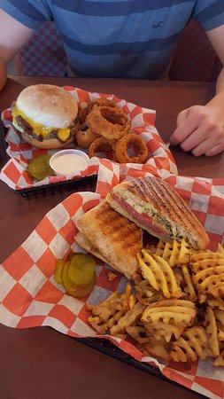 Big Al's Island Burger: Large portions