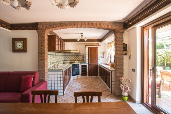Open space di 60 mq con cucina in muratura - Picture of Sicilian ...