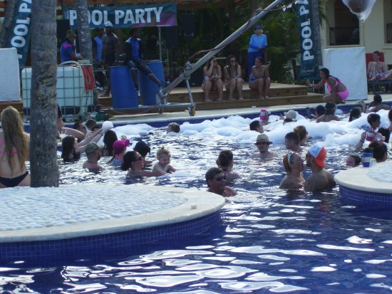 Occidental Caribe: The Friday afternoon pool party