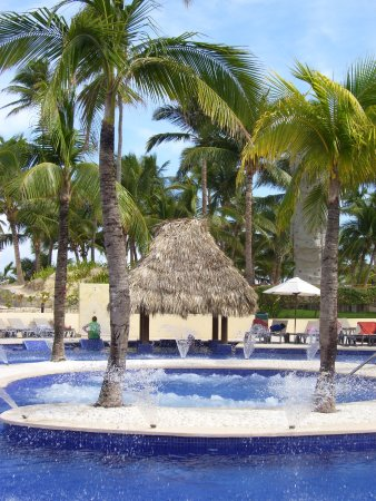 Occidental Caribe: The bubble tub, not hot, which is part of the pool
