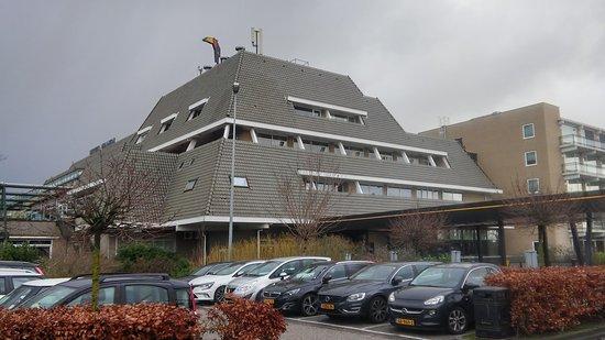 Вианен, Нидерланды: De voorkant/ingang van het hotel vanaf de parkeergarage