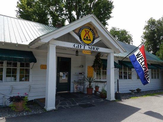 Dummerston, VT: Gift shop, registration area, convenience store.