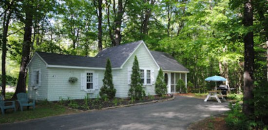 Bartlett, NH: Cottage #6.  Just a few steps to the Saco River.  2 bedrooms, 1 full bath, kitchen, screen porch
