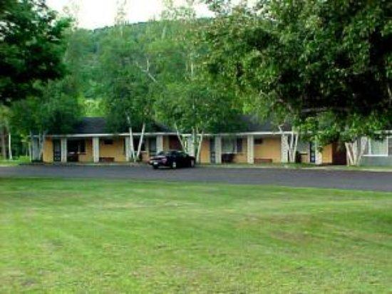 Bartlett, NH: Motel units overlooking children's playground.  .