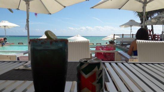 Pure Mareazul : Area del restaurante que ofrece comida y bebidas en la playa