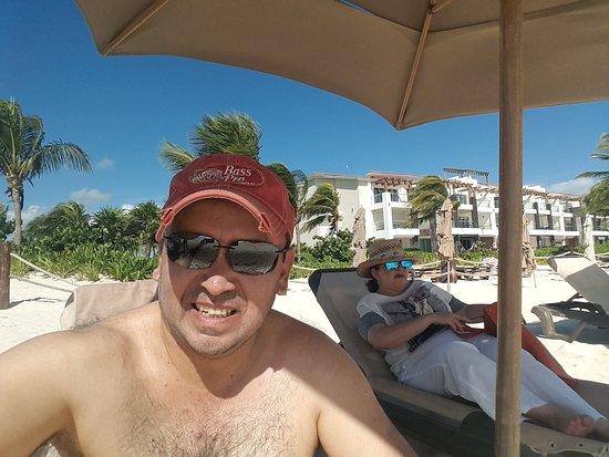 Pure Mareazul : Disfrutando de un momento en la playa