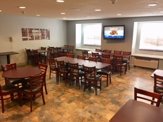 Microtel Inn & Suites by Wyndham Decatur: Breakfast Dining area