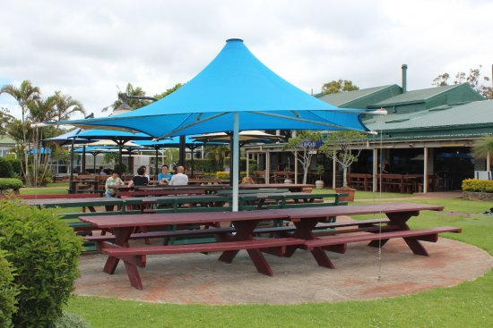Wongawallan, Australië: Beer garden and outside dining area