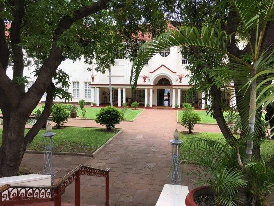 The Victoria Falls Hotel: Cortile interno dell'hotel