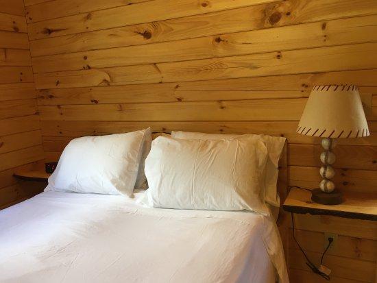 Richfield Springs, Estado de Nueva York: Queen bed in separate bedroom