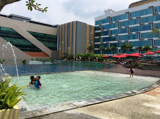 Pool picture of yogyakarta marriott hotel depok tripadvisor for Jogja plaza hotel swimming pool