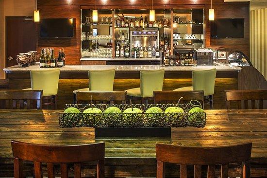 DoubleTree by Hilton Hotel North Salem: Bar/Lounge