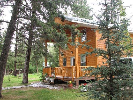 Skookumchuck, Canada: Cabin overlooking the Kootenay River  sleeps up to 6 guests