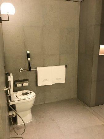 Armani Hotel Dubai : bedroom bath