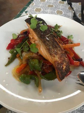 Restaurante Carmen 26: salmón con verduras al horno
