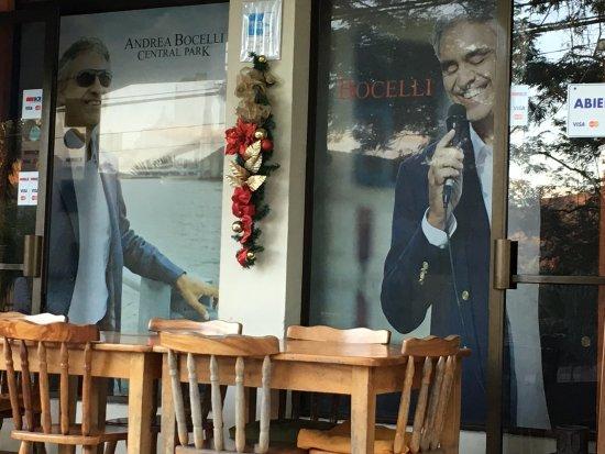 Restaurante  y Pizzeria Bocelli: Outside Seating
