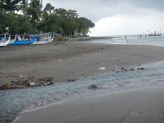 Pekutatan, Indonesia: Vermüllter Strand vor dem Puri Dajuma