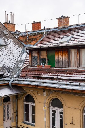 The Loft Hostel Budapest: Rooftop corner of the hostel with a fresh dusting of snow.