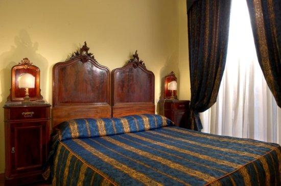 Chiaja Hotel de Charme: Superior Room, balcony on the main pedestrian street, Jacuzzi bath