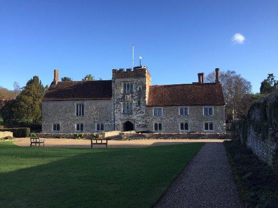 Ightham, UK: Front of the house, with gatehouse
