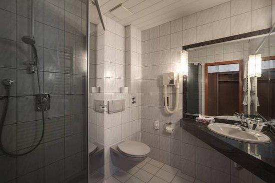 Bad Mergentheim, Duitsland: genug Platz für die tägliche Pflege im Bad mit WC und Dusche/Wanne