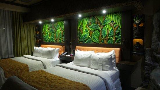 Fantasyland Hotel & Resort: Tropical theme room