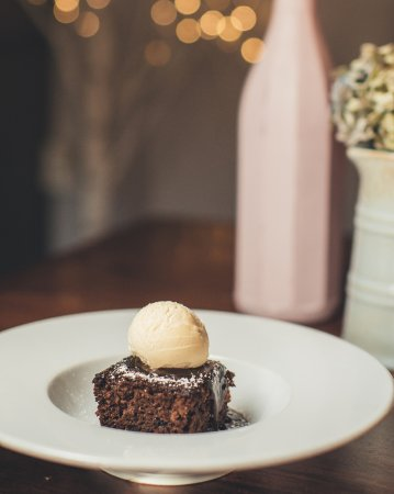 Colyford, UK: Sticky toffee pud with vanilla ice cream