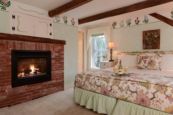 Warren, Βερμόντ: The Wildflower Room gals fireplace