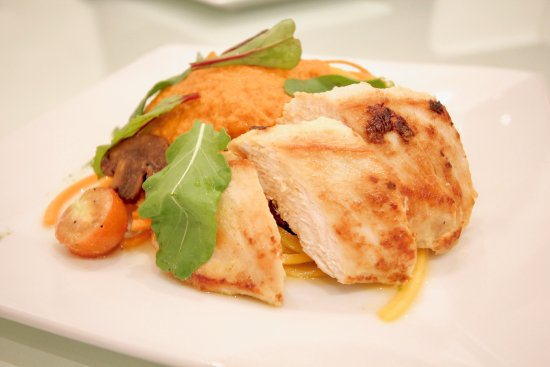 Atenas, Costa Rica: Chicken breast with vegetable pasta and marinara sauce