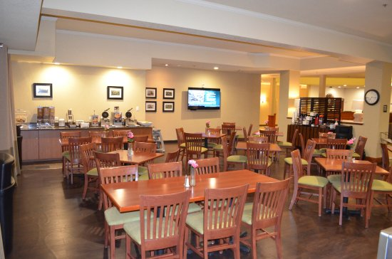 Dupont, WA: Our spacious breakfast area lets you enjoy your morning.  Perfect for families or friends.