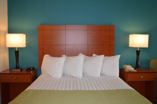 Dupont, WA: Sweet Dreams in our triple sheet bedding and lots of pillows.