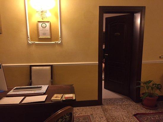 Ca' del Nobile: Aqui se puede ver perfectamente como la recepción esta junto a la habitación. Cero intimidad.