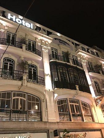 Internacional Design Hotel: Facade de nuit