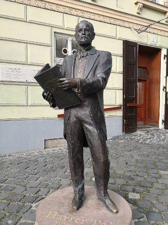 Harrer Pal statue: The first major of Óbuda