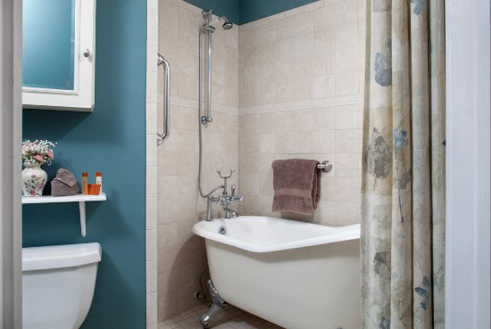 Whistling Swan Inn: Vintage claw-footed tub
