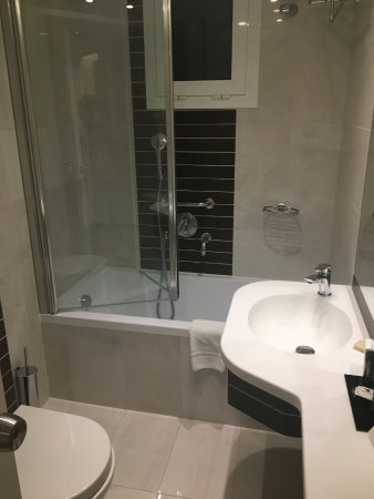 تيتانيا هوتل: banheiro do apto triplo da ala reformada