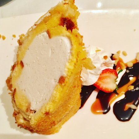 Sansei Seafood Restaurant & Sushi Bar: Vanilla ice cream inside macadamia nut pound cake - heaven