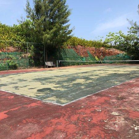 Cerf Island, سيشيل: Tennis court dilapidated.