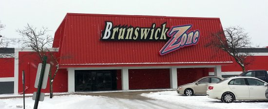 Mount Prospect, Илинойс: front of & entrance to Brunswick Zone