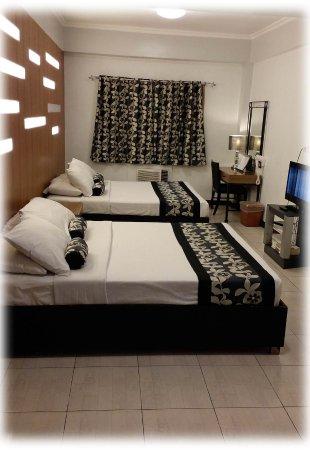 Jupiter Suites: Schönes, sauberes und grosses Zimmer für eine Familie, leider laut wegen Abluftventilatoren drau